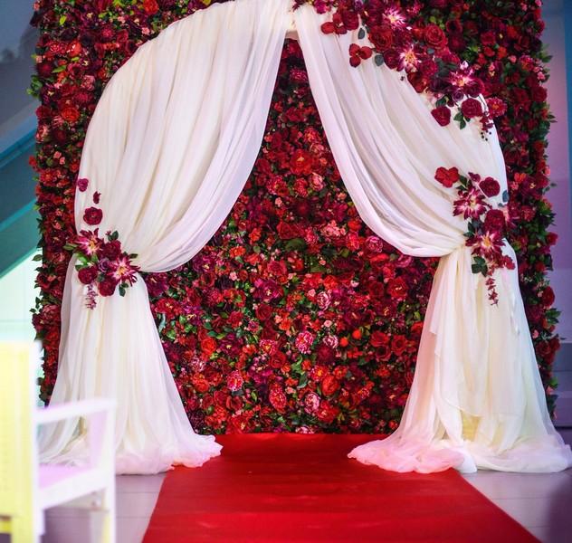 Стена из декоративных цветов красная